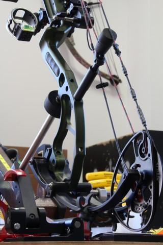 basculage d'un arc compound sur banc de réglage pour opérations d'alignement du 2ème et du 3ème axes du viseur