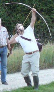 tir au vol avec un arc longbow pendant un stage (Vincent Lalande)